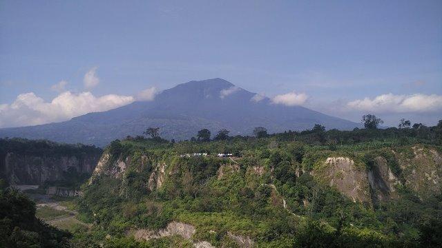 Panorama Ngarai Sianok dan Gunung Singgalang dilihat dari Taman Panorama Bukittinggi