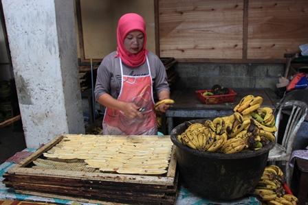 Bahan utamanya adalah pisang ambon yang sudah matang, kemudian kulit pisang dikupas lalu pisang diiris tipis memanjang