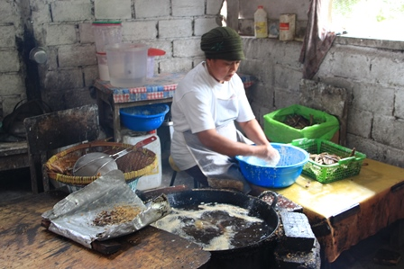 Setelah irisan pisangnya kering kemudian campurkan dengan adonan yang merupakan campuran antara tepung beras dan terigu. Lalu goreng