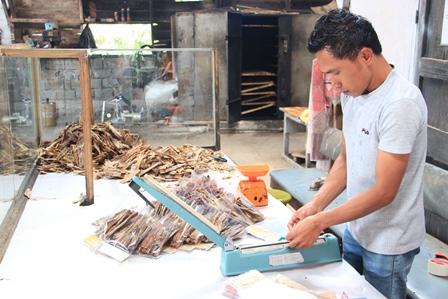 Sale pisang yang sudah selesai proses pembuatannya kemudian di bungkus ke dalam plastik untuk dijual