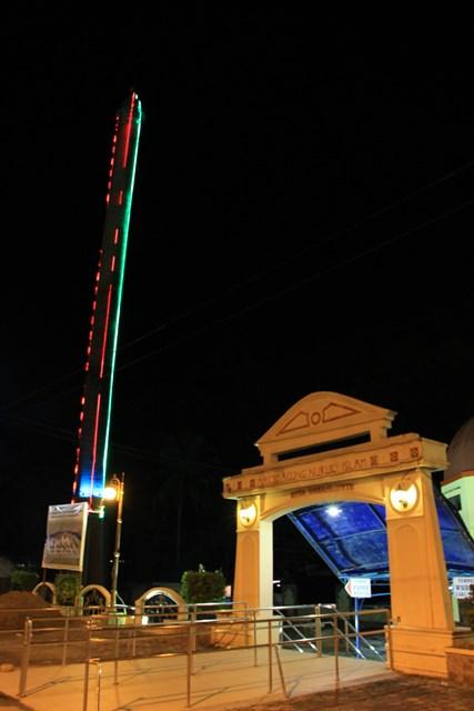 Menara Masjid Agung Nurul Iman di malam hari yang terlihat cantik dengan lampu - lampu hiasnya yang berpendaran