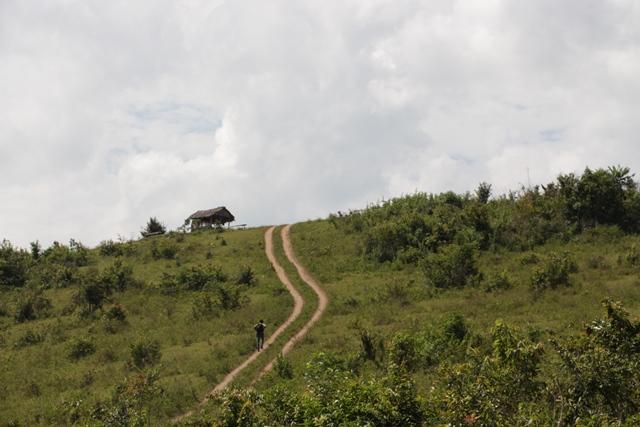 Untuk menuju ke sungai, kita harus menuruni bukit yang gersang ini, gag ada pohon tempat berteduh