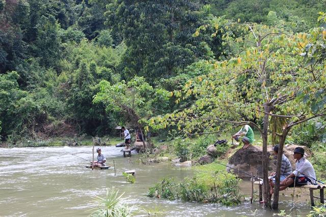Warga lokal sedang memancing ikan