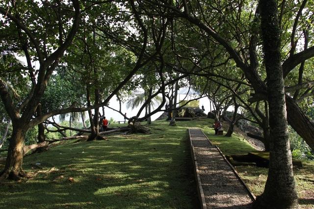 Puncak Gunung Padang yang diberi nama Taman Siti Nurbaya dihiasi oleh pepohonan yang rindang sehingga sejuk meski di siang hari yang terik