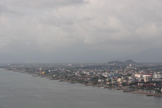 Landscape panorama di arah timur berupa garis pantai Padang serta bangunan - bangunan yang ada di Kota Padang
