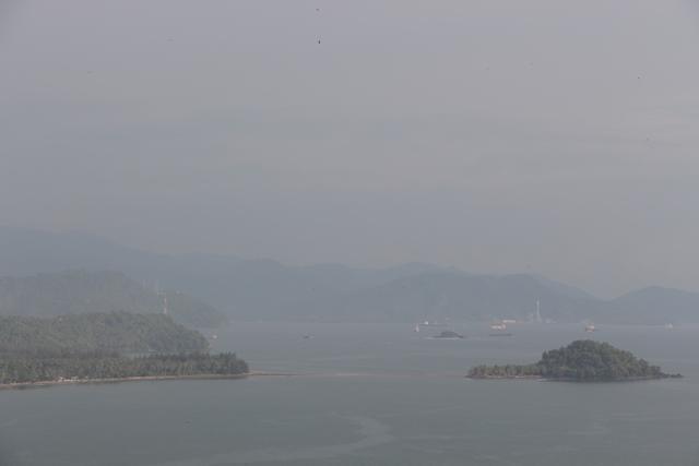 Pantai Air Manis dan Pulau Pisang Kecil, panorama ini bisa didapatkan jika kita bergerak ke arah selatan