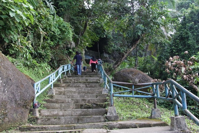Menuju Puncak Gunung Padang, pengunjung akan melewati anak tangga yang telah dibeton serta diberi pengaman pada tiap sisinya sehingga aman untuk dilewati