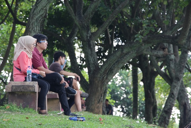 Muda - mudi menghabiskan waktu bersama di Taman Siti Nurbaya