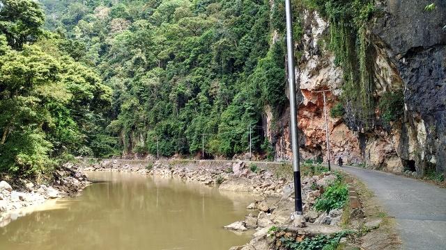 Jalan Aspal Yang Mengikuti Garis Tepi Sungai