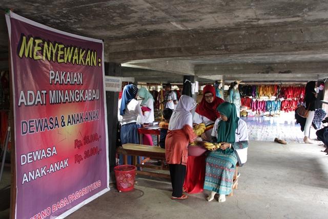 Datang ke pengurus sewa pakaian adat minangkabau yang berada di bagian paling bawah Istana